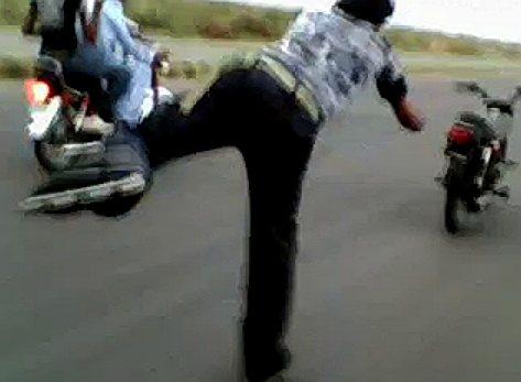 Inliner Dude med reb efter motorcykel